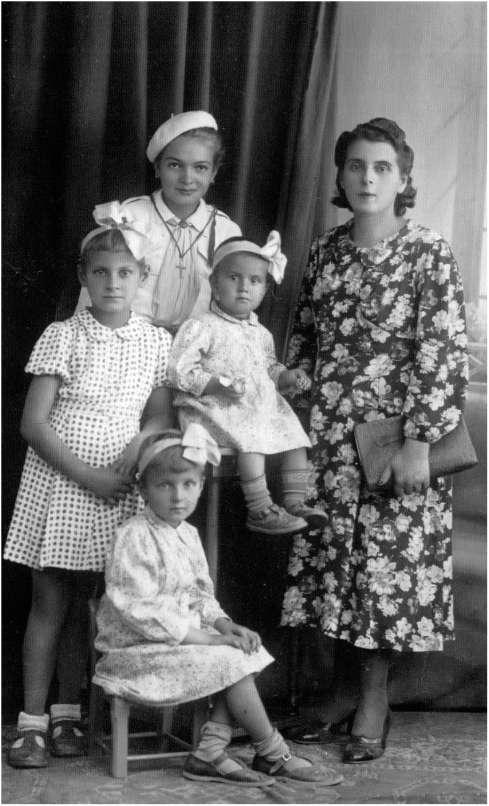 noi cele trei surori, mama şi verişoara noastră Lenuţa.